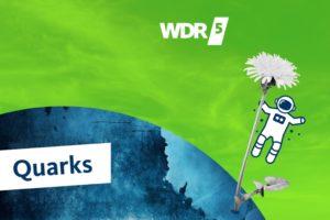 Grafik des Podcasts WDR Quarks: Über einer blauen Weltkugel vor grünem Hintergrund schwebt ein gezeichneter Astronaut. Er hält sich an einer grauen Löwenzahnblume fest. Daneben stehen das WDR5-Logo und das Quarks-Logo.